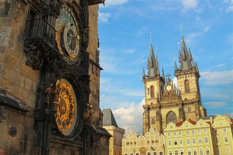 Orloj és a Tyn-templom Prágában