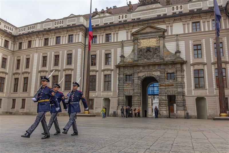 Őrségváltás a prágai várnál